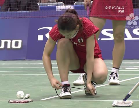 松友美佐紀 靴ヒモを直すハプニング時 太ももが気になる画像