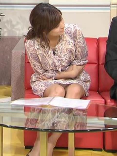 徳島えりか スカートのVゾーンからの ちら パンツの画像