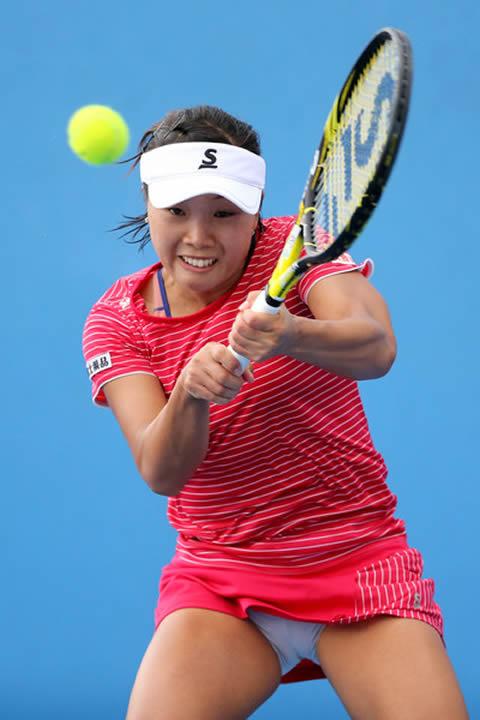 奈良くるみ テニスプレイ中の筋肉質の太もも パンチラ画像